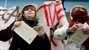 Estudantes da Universidade de Lille rasgam livros de François Hollande, que teve conferência anulada por causa de protesto.