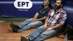 Спящие журналисты в здании закрытого телеканала ERT 12 июня 2013.