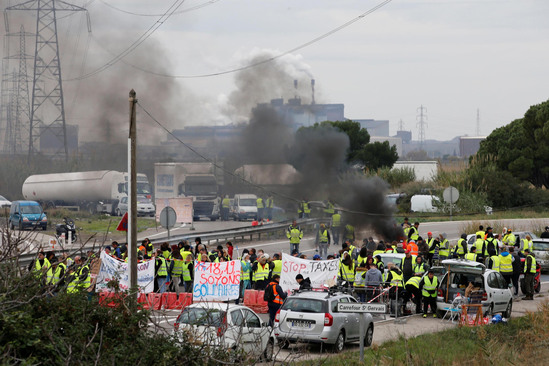 Во время протестов «желтых жилетов» активисты неоднократно блокировали склады крупных компаний и нефтяные базы