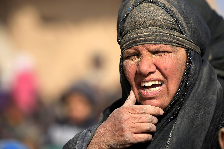 Mulher é forçada a abandonar a cidade de Mossul, no Iraque