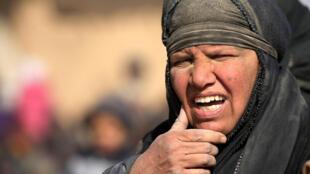 Une femme obligée d'abandonner sa maison à cause de la bataille entre les forces irakiennes et le groupe Etat islamique (EI), à l'ouest de Mossoul, le 26 février 2017.