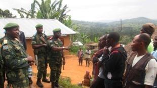 Askari wa DRC (FARDC) wakisihi raia kuwa watulivu huko Miriki, kilomita 110 kaskazini mwa Goma, mashariki mwa Jamhuri ya Kidemokrasia ya Congo, Januari 7, 2016.
