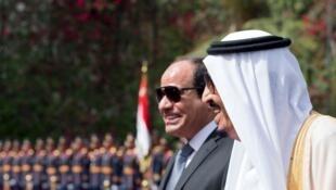 Le président égyptien Abdel Fattah al-Sissi (à gauche) au côté du roi Salman d'Arabie saoudite, le 7 avril 2016 au Caire.