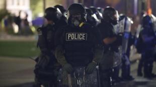 Des policiers américains durant la manifestation provoquée par la mort de Jacob Blake, tué par un policier blanc, le 24 août à Kenosha au Wisconsin.