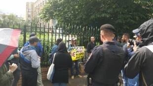 Акция против репрессий в отношении крымских татар у здания Верховного суда РФ в Москве 11 июля 2019
