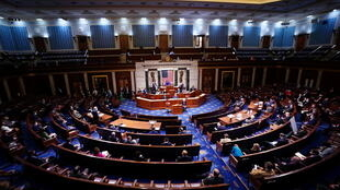 Sessão para ratificação da vitória de Joe Biden teve de ser interrompida durante várias horas após a invasão do Capitólio na quarta-feira (6).