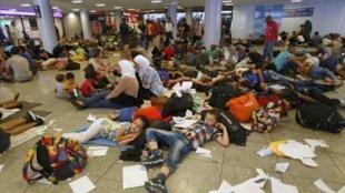 De nombreux migrants allongés à même le sol pour se reposer dans la gare de Budapest, en Hongrie, le 1er septembre 2015.