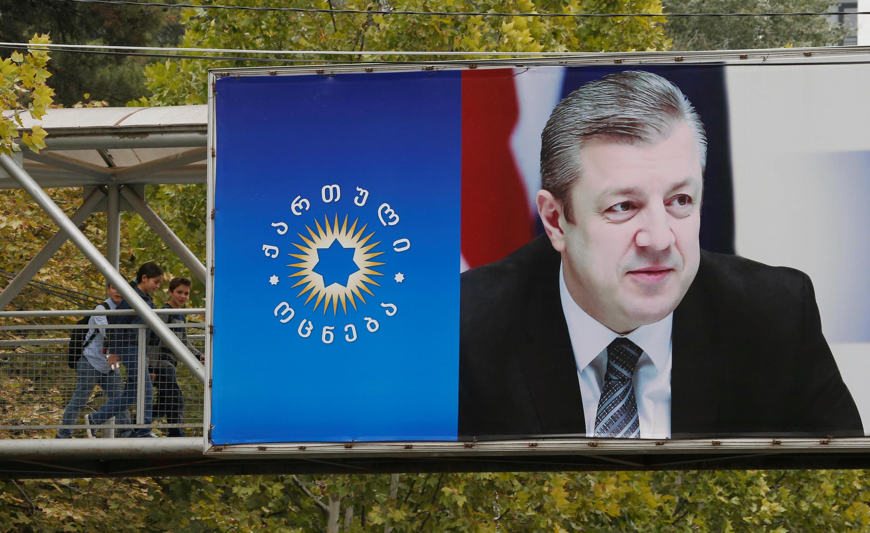 Агитационный плакат в поддержку кандидата от «Грузинской мечты» перед первым туром парламентских выборов, Тбилиси, 7 октября 2016.