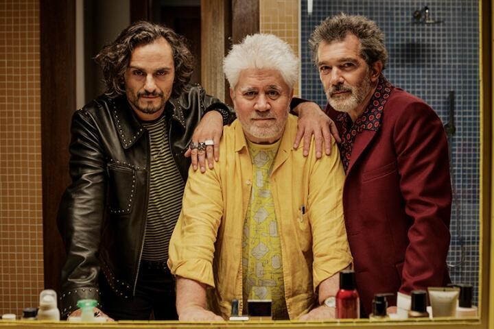 Pedro Almodóvar con los actores Asier Etxeandia y Antonio Banderas.