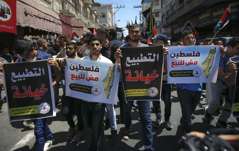 Des manifestants palestiniens portent des pancartes sur lesquelles on peut lire: «La normalisation est une trahison» et «La Palestine n'est pas à vendre», à Gaza, le 14 août 2020, après l'accord entre Israël et les Émirats arabes unis.