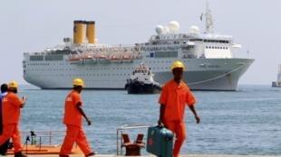 Le Costa Allegre arrivant à proximité des Seychelles.