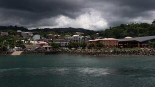 Mamoudzou, chef-lieu du 101e département de France, Mayotte. Avec son marché couvert, tout à droite sur la photo.