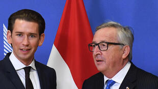 Le président de la Commission européenne Jean-Claude Juncker accueille le nouveau chancelier autrichien, Sebastian Kurz, le 19 décembre 2017 à Bruxelles.