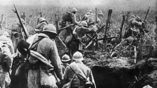 Verdun, 1916. Des soldats français montent à l'assaut.