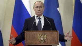 "O presidente Vladimir Putin afirma que a Otan estaria ""nas fronteiras"" da Rússia."