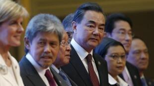 Từ trái sang phải: Các Ngoại trưởng Úc, Brunei, Cam Bốt, Trung Quốc, Indonesia tại hội nghị ASEAN ở Kualar Lumpur ngày 06/08/2015.
