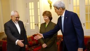 Lãnh đạo ngoại giao Iran Javad Zarif, và Mỹ John Kerry cùng đại diện Liên hiệp châu Âu Cahterine Ashton tại Vienna, ngày  20/11/2014
