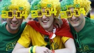 Torcedores brasileiros durante a cerimônia de abertura da Copa do Mundo, na Arena Corinthians, em São Paulo.