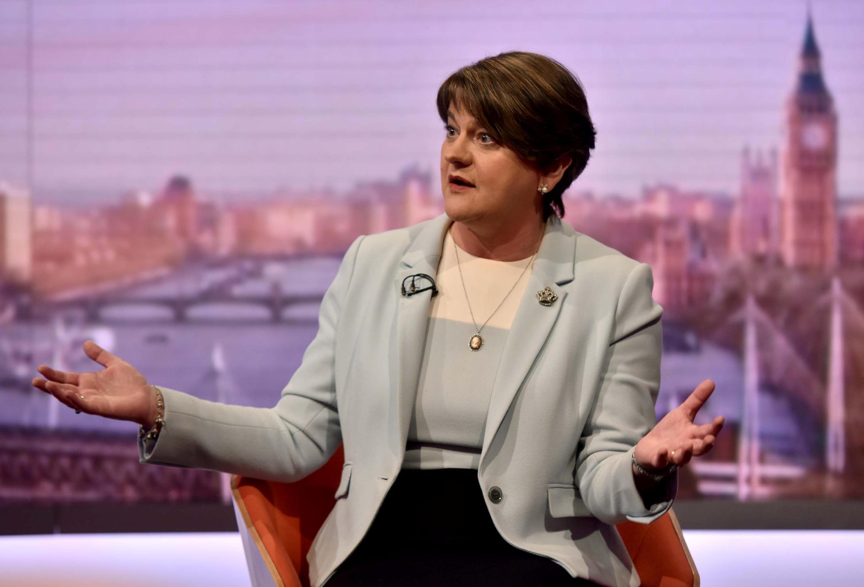 Arlene Foster, chef de file des unionistes nord-irlandais du DUP, menace de retirer son soutien à Theresa May en cas de ratification de l'accord de sortie de l'UE par le Parlement britannique.