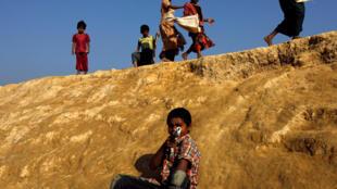 Trẻ em sắc dân thiểu số Hồi Giáo Rohingya trong một khu tị nạn, gần Cox's Bazar, Bangladesh, ngày 04/01/2018.