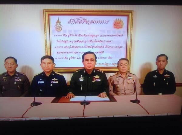 Le chef d'état-major des armées thaïlandaises, Prayuth Chan-ocha, est apparu entouré de son staff à sur les chaînes de télévisions du pays pour annoncer la prise du pouvoir de l'armée.