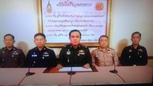 Tư lệnh lục quân Thái Lan Chan O Cha (giữa) tuyên bố đảo chính trên truyền hình Thái ngày 22/05/2014.
