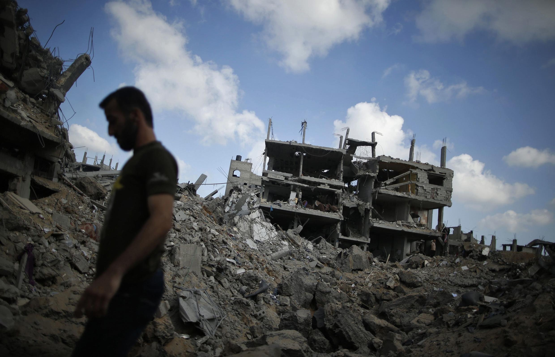 Un Palestinien, dans les décombres du quartier de Chajaya, à Gaza, pendant la trêve de ce samedi 26 juillet.