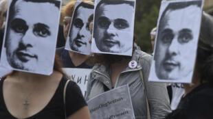 Des sympathisants à la cause de Oleg Sentsov portent des masques à son effigie en guise de protestation.