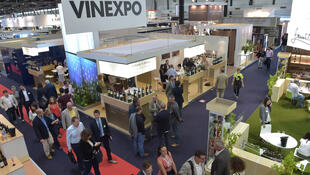 A Vinexpo acontece entre 18 e 21 de junho de 2017 e reúne mais de 2 mil viticultores de 40 países em Bordeaux.