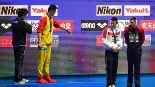 O nadador britânico Duncan Scott (centro, de branco) se negou a apertar a mão do chinês Sun Yang (segundo da esquerda para a direita, de amarelo), no Mundial de Esportes Aquáticos de Gwangju, na Coreia do Sul, nesta terça-feira (23).
