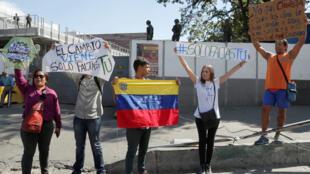 Những người ủng hộ tổng thống tự xưng Juan Guaido biểu tình ở gần một căn cứ quân sự, Caracas, Venezuela, 27/01/2019