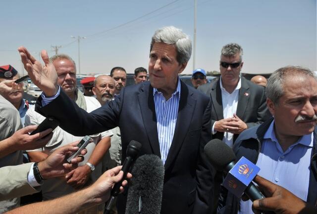 O secretário de Estado americano, John Kerry, em visita a um campo de refugiados sírios na Jordânia, nesta quinta-feira, dia 18 de julho.