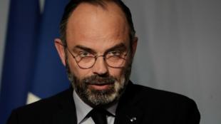 Le Premier ministre français Edouard Philippe prend la parole après la réunion hebdomadaire du cabinet, pour annoncer la prolongation du confinement lié au coronavirus jusqu'au 15 avril, à Paris le 27 mars 2020.