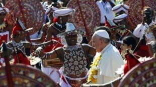 Le pape François est arrivé à l'aéroport de Colombo le 13 janvier pour son second voyage en Asie, traditionnelle «terre de mission» des jésuites. Après le Sri Lanka, il est attendu aux Philippines