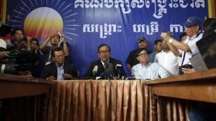 Sam Rainsy a fait le point sur les résultats de l'élection législative face à la presse et à ses supporters le 29 juillet 2013, Phnom Penh.