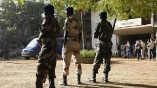 Soldats tchadiens devant le tribunal de Ndjamena (image d'archive 2007).