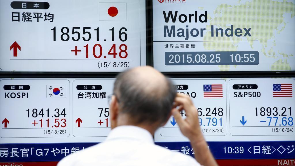 """Depois da """"segunda-feira negra"""", bolsas de Tóquio e Hong Kong reagiram."""