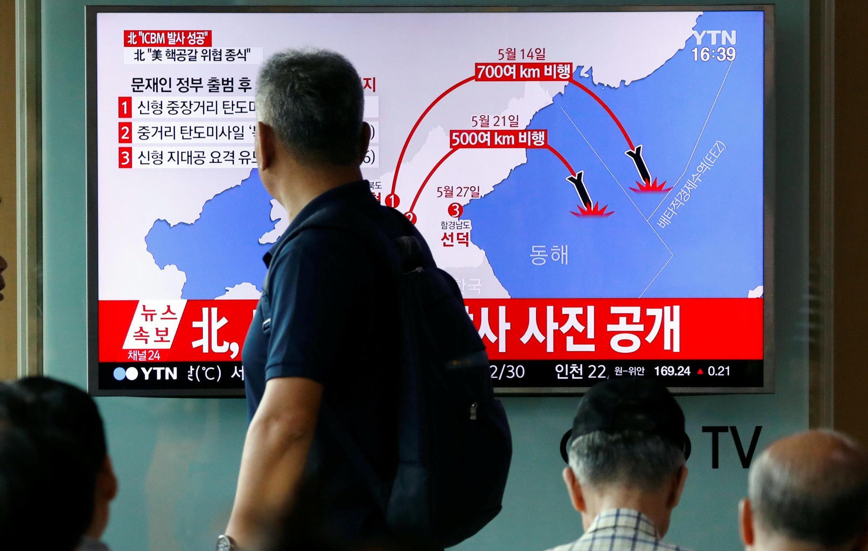 Truyền hình Hàn Quốc đưa tin về vụ phóng tên lửa Hỏa Tinh-14 (Hwasong-14) của Bắc Triều Tiên, Seoul, ngày 04/07/2017.