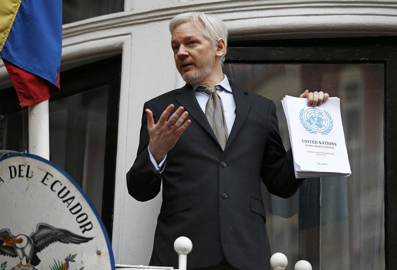 Nhà sáng lập Wikileaks Julian Assange phát biểu trước báo giới tại đại sứ quán Ecuador, ngày 05/02/2016.