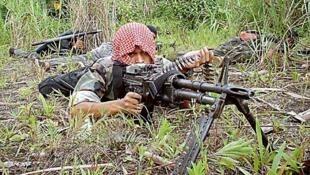 Một chiến binh của Mặt Trận Giải Phóng Hồi Giáo Moro (Moro Islamic Liberation Front, MILF).