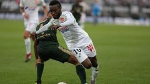 El delantero colombiano Stiven Mendoza luciendo la camiseta del Amiens SC.