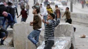 Молодежь в лагере Каландия под Иерусалимом реагирует на появление израильского военного патруля