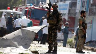 Lực lượng an ninh Afghanistan canh gác hiện trường vụ nổ, 24/07/2017.