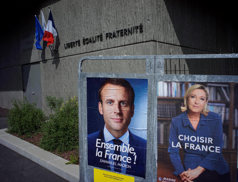 Áp phích vận động bầu cử tổng thống Pháp: Hai ứng viên Emmanuel Macron (T) và Marine Le Pen.