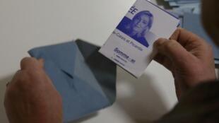 Cédula eleitoral de Marine Le Pen, candidata do partido de extrema-direita Frente Nacional, na região Picardie, Nord, Pas-de-Calais.