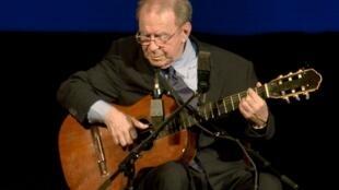 João Gilberto em show no Teatro Municipal do Rio, quando estava com 77 anos.