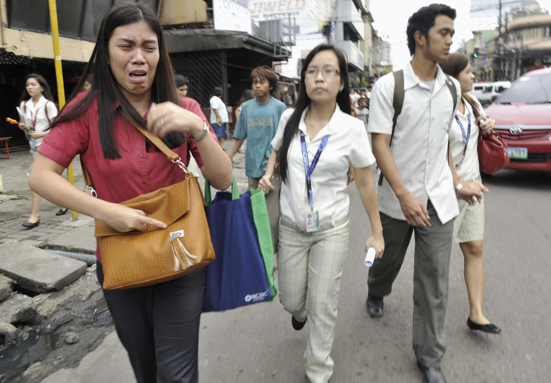 Mulher filipina chora após terremoto de magnitude 6.8, em Cebu, na região central do país.