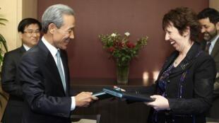 La commissaire européen au Commerce, Catherine Ashton, et le ministre sud-coréen du commerce,  Kim Jong-hoon, à Bruxelles le 15 octobre 2009.