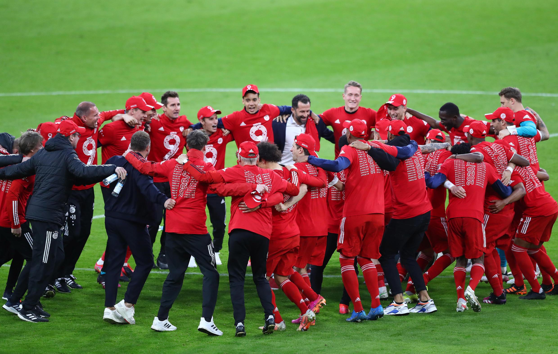 'Yan wasan Bayern Munich yayin nasarar lashe gasar Bundesliga karo na 6 a jere.