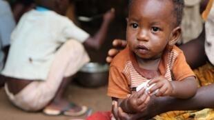 Un enfant rwandais dans un abri de fortune en 2015.